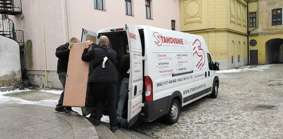 Pri sťahovaní v Prešove (vypratávanie PKO Čierny Orol) sme do našich dodávok prenášali ťažké skrine.