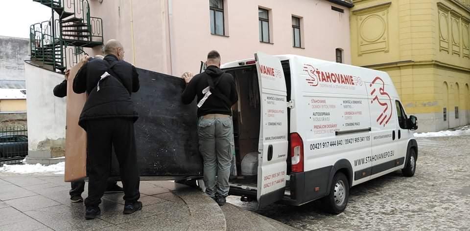Naše dodávky na prenájom sme tentoraz šoférovali sami, prevážali sme nábytok vypratávaný z PKO Čierny Orol v Prešove.